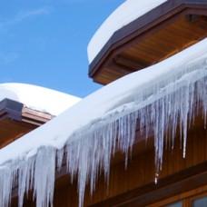Разовая очистка снега по периметру кровли (1,5-2 метра от края крыши со сбиванием сосулек)